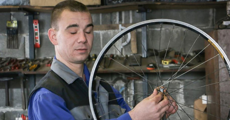Leutar.net Slijepi mladić iz Modriče popravlja bicikla: Nema kvara koji ne mogu da riješim
