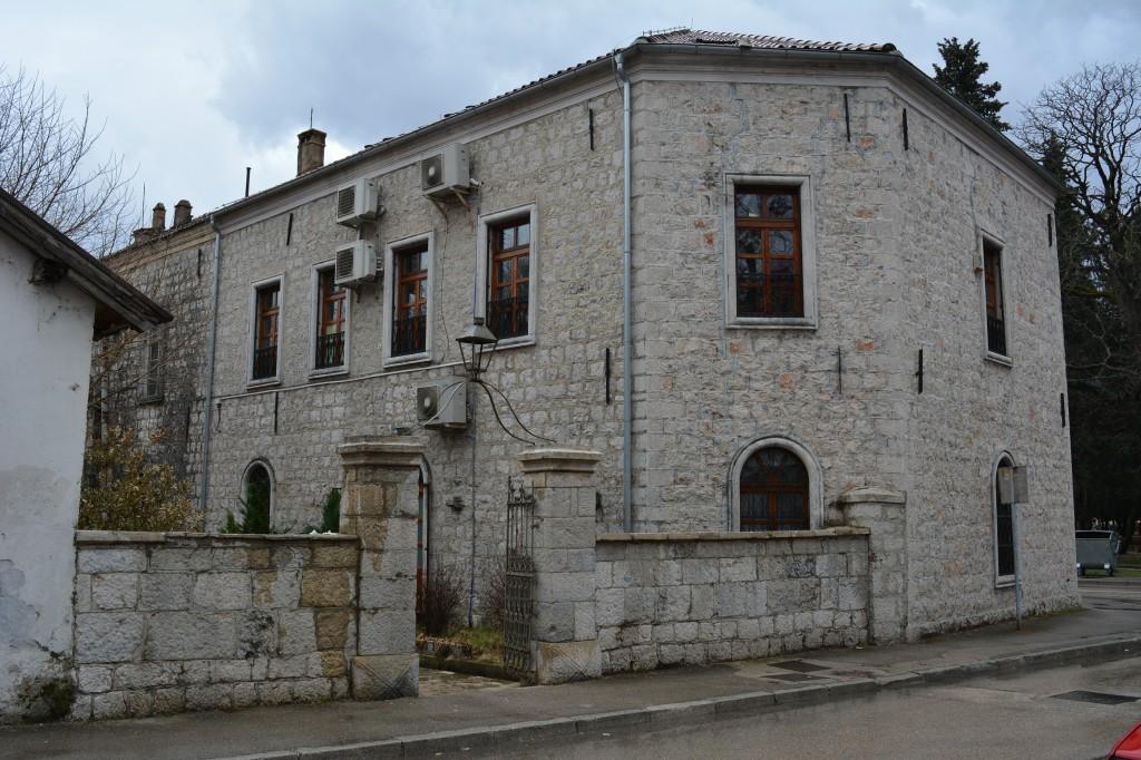 Leutar.net Porodica Tešanović poklonila biblioteci 863 knjige