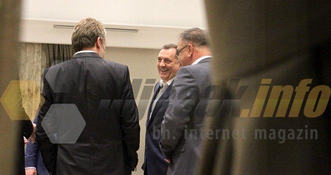 Leutar.net Ludo su se zabavljali: Kad se ugase kamere, bh. političari su zagrljeni i nasmijani