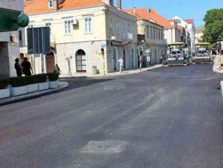 Leutar.net Postavljen prvi sloj asfalta na glavnoj ulici