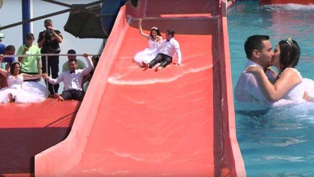 Leutar.net Mladenci zaustavili Akva park: Spuštali se niz tobogan, ljubili u bazenu! (VIDEO)