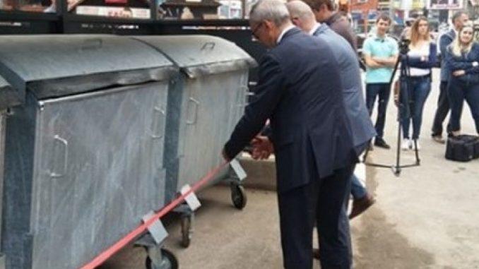Leutar.net Gradonačelnik prerezao crvenu vrpcu i svečano otvorio kontejnere za smeće