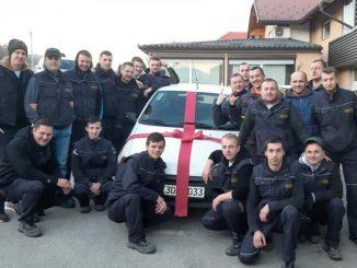 Leutar.net Radnici iz Bihaća svom kolegi za Novu godinu kupili auto: 'Natjerali su me da hodam zatvorenih očiju...' HVALE VRIJEDAN GEST