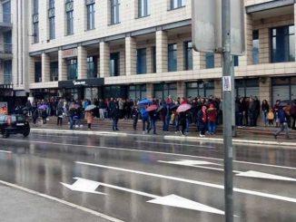 Leutar.net Moja Republika - stotine građana i na kiši čekaju papire za odlazak