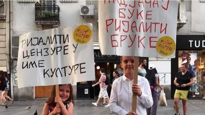 Leutar.net Pobjednici dana: Dječak i djevojčica u centru Beograda sa transparentima protiv rijalitija