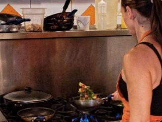 Leutar.net Živimo za 10 dana odmora na kom žene kuvaju pasulj i prave punjene paprike