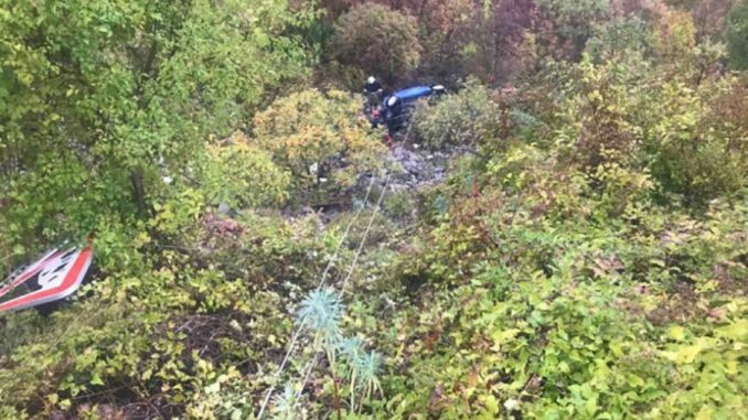 Leutar.net ZAVRŠENA EVAKUACIJA Iz provalije izvučen automobil s tijelom stradale studentkinje
