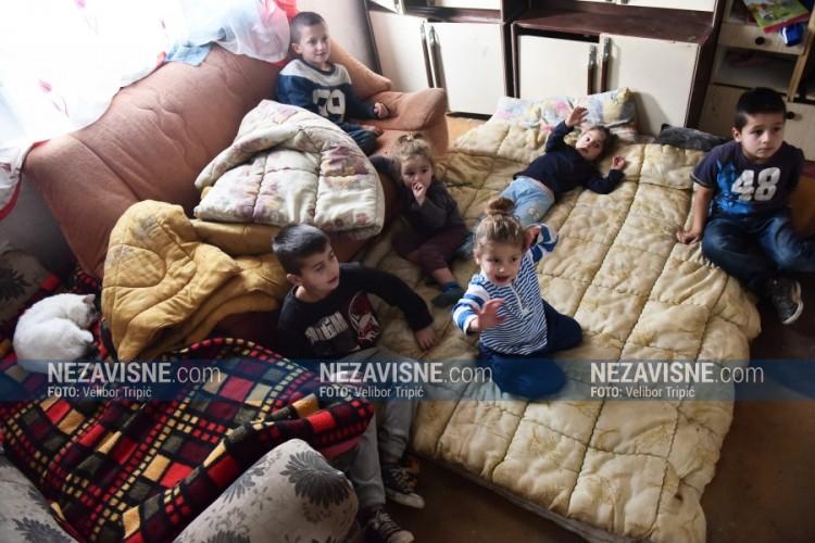 Leutar.net Težak život porodice Đuričić: Trošnu kuću bez struje obasjava osmoro djece