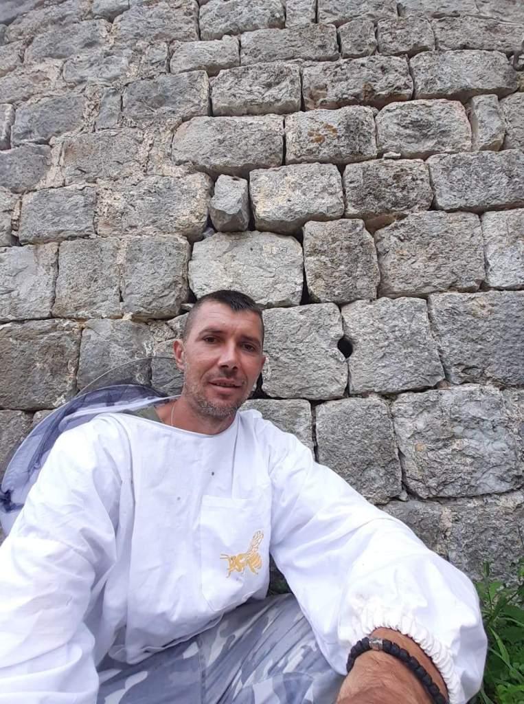 Leutar.net Prelijepa priča iz trebinjskog sela Aranđelova: DVA PUTA ROJ PČELA SAM DOLAZIO NA IMANJE PRADJEDOVA SLOBODANA KUJAČIĆA