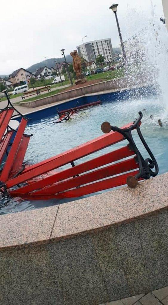 Leutar.net Pale: Polomljene klupe bačene u fontanu