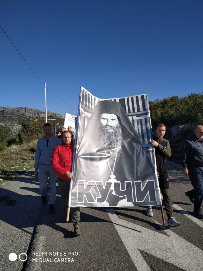 Leutar.net Kuči krenuli pješke sa Orljeva ka Hramu: Molitvenim hodom odaju počast Mitropolitu! (FOTO I VIDEO)
