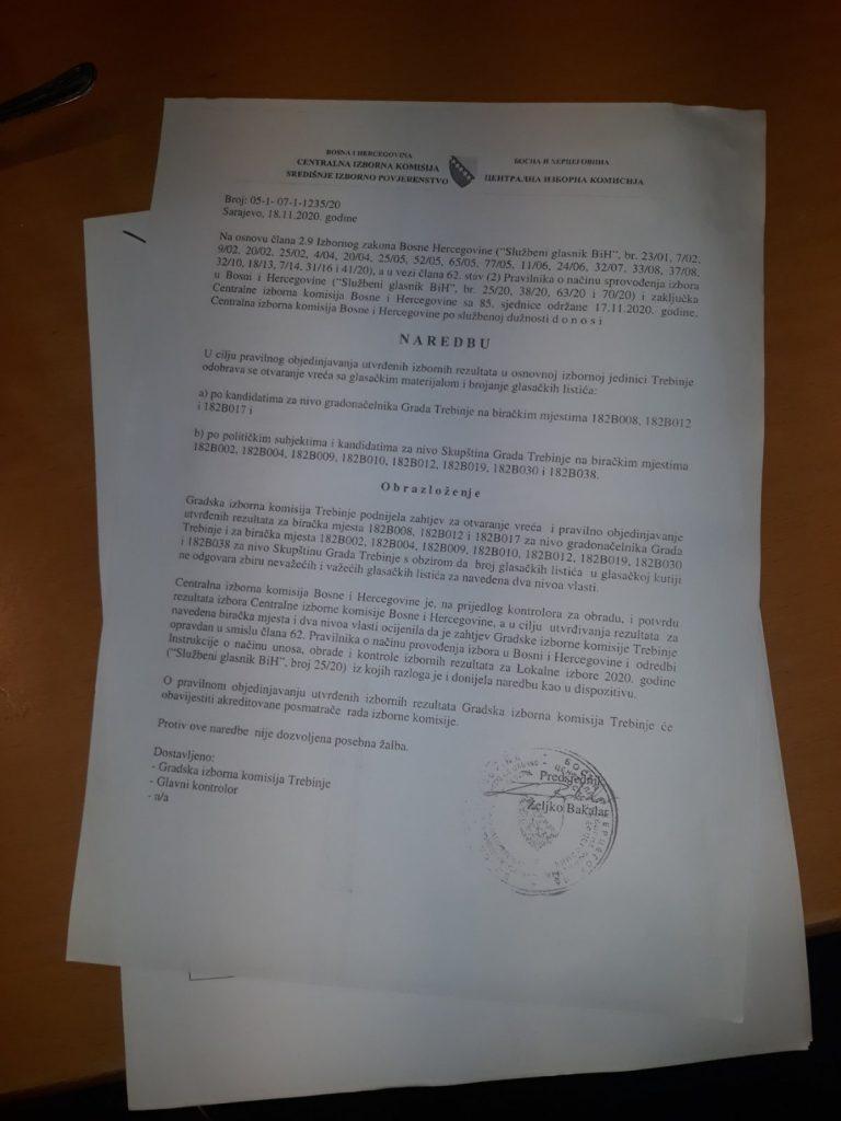 Leutar.net U toku vanredno brojanje glasačkih listića u Trebinju, građani se okupili ispred Opštine
