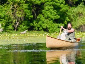Leutar.net Sa porodicom je odabrao drugačiji život, kod sebe uvijek ima luk, strelu i čamac