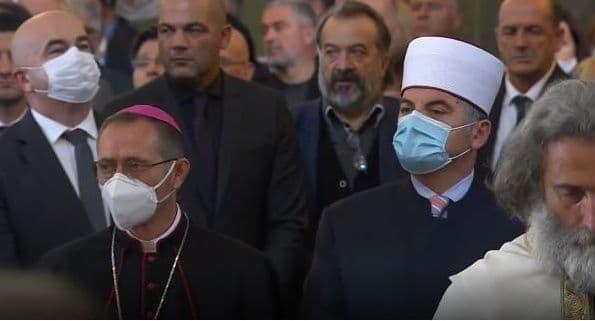 Leutar.net Počela zaupokojena litija, služi patrijarh Irinej: Hiljade ljudi molitvom ispraća našeg pastira