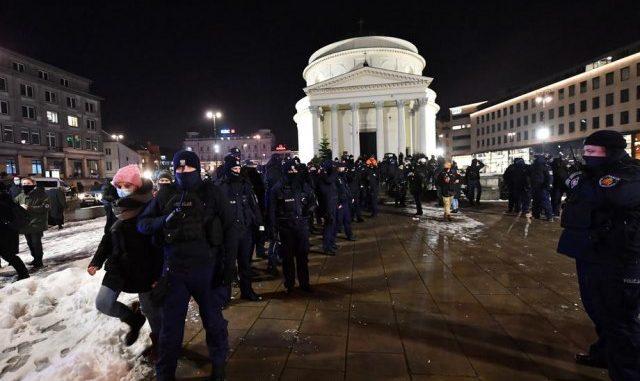 Leutar.net Zasuli policajce grudvama, oni uzvratili suzavcem (VIDEO/FOTO)