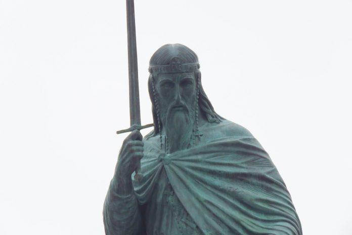 """Leutar.net """"Iznenadio sam se kad su rekli da umesto krsta ide mač, ali ja sam skulptor, rekao sam – slušam…"""": Šta je rekao autor spomenika Stefanu Nemanji"""