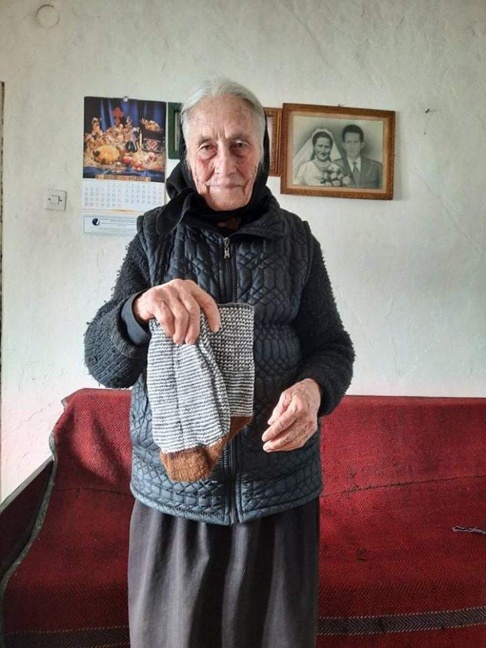 Leutar.net Baka Mika Andrijašević (92) iz gatačkog sela Stepen na dar oplela čarape cijelom selu