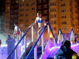 Leutar.net Rusija: Sveta tradicija kupanja u ledenoj vodi (VIDEO - FOTO)