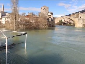 Leutar.net Neretva divlja u mostarskim naseljima, poplavio i plato ispod Starog mosta (VIDEO)