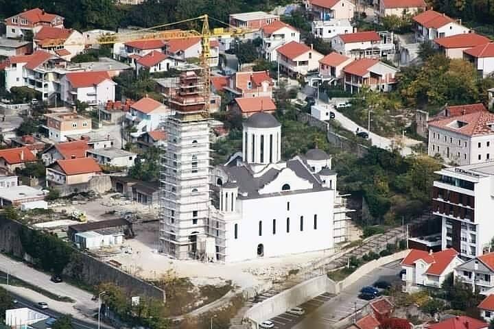Leutar.net DANAS SE POSTAVLJA VELIKI KRST NA ZVONIKU: Nakon 29 godina Saborna crkva u Mostaru nadvisila se, u punom sjaju, nad Mostarom
