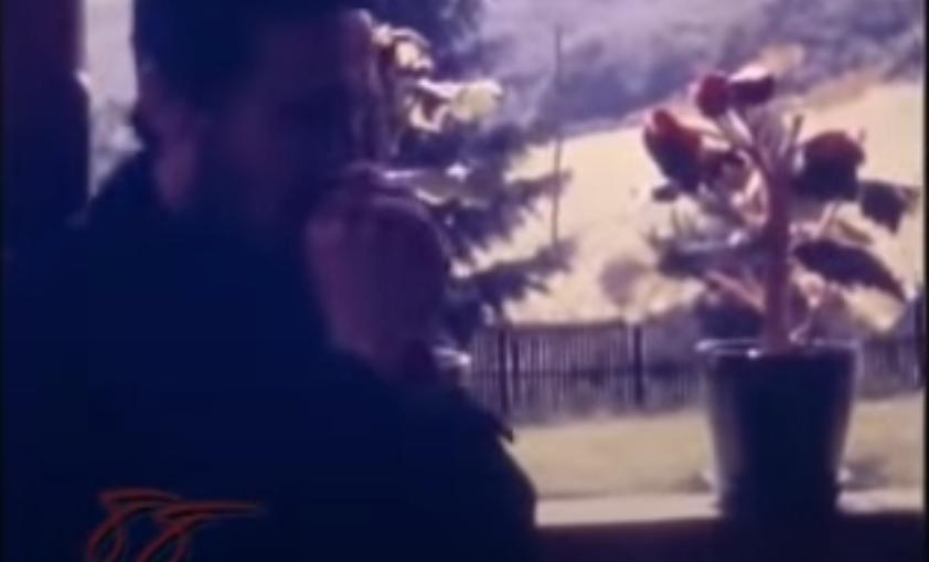 Mladi monah Atanasije svira u vlat trave