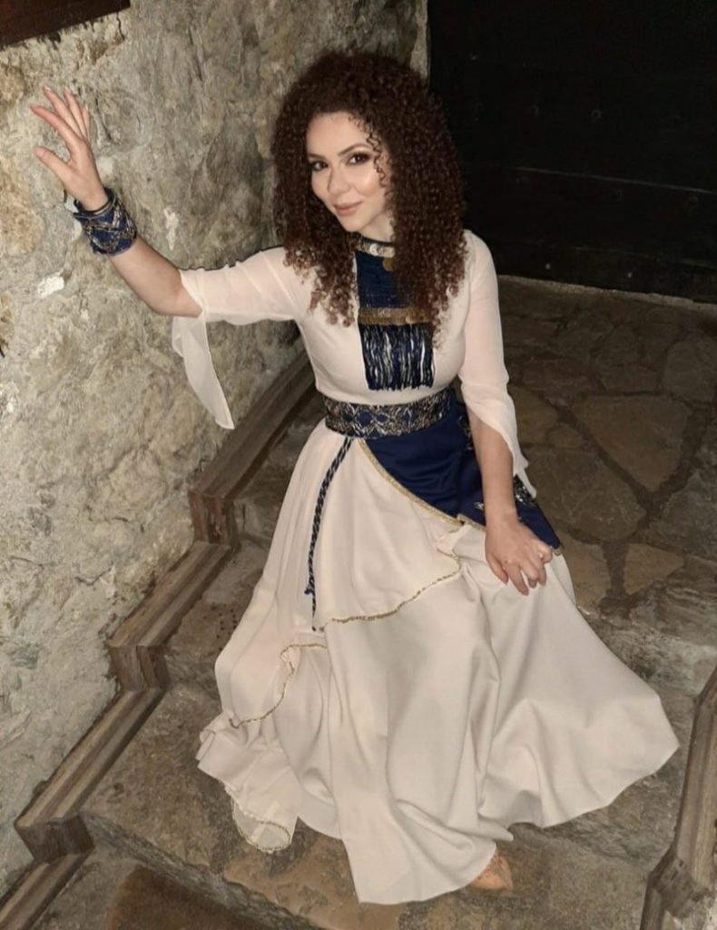 Leutar.net BANJALUČANKA IZ ALEPA: Hilda iz Sirije slavi krsnu slavu i pjeva srpsku etno muziku (FOTO, VIDEO)