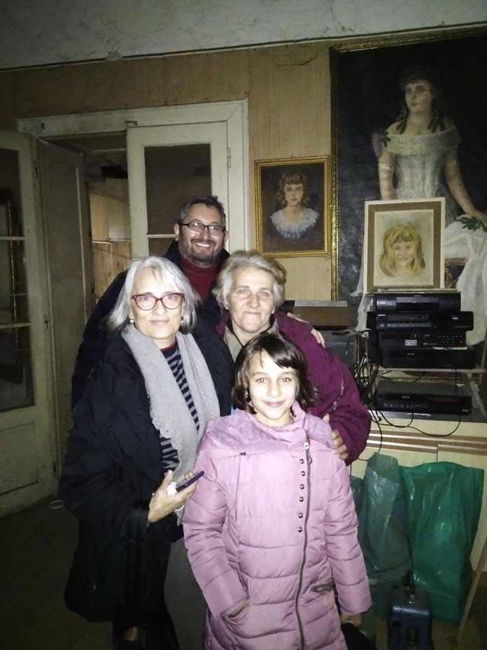 Leutar.net Novosadske umjetnice poklonile stan djevojčici Kristini koja uči uz svijeću da majci obezbijedi bolji život