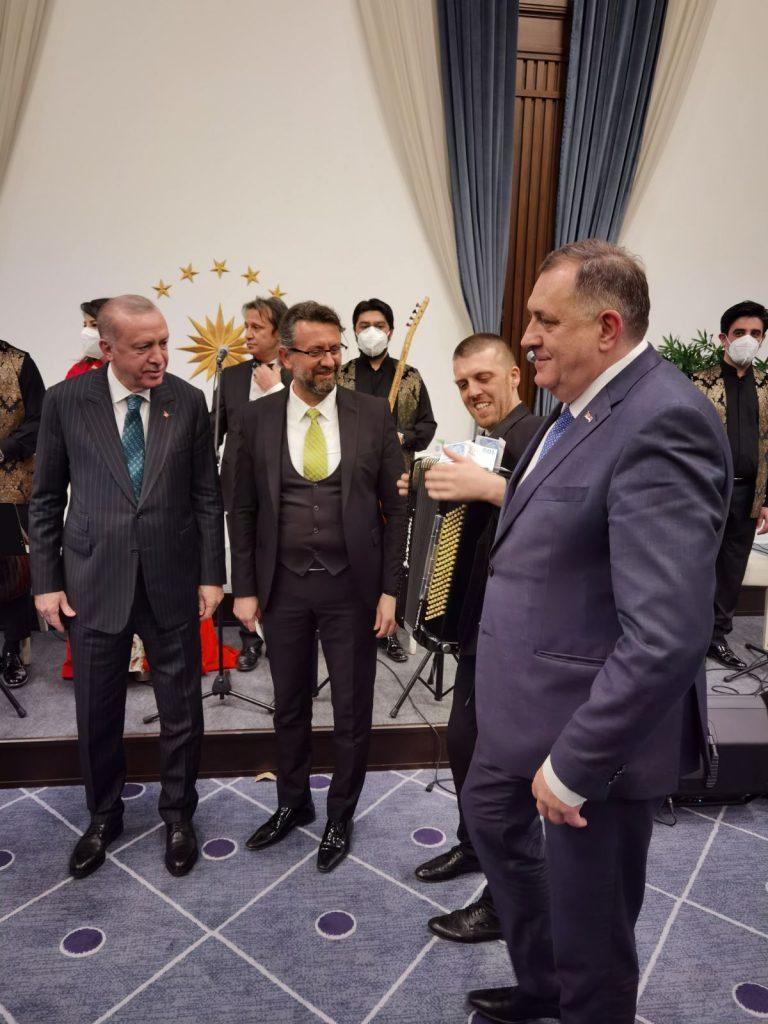 "Leutar.net Dodik ""zakitio"" muzičare evrićima na večeri u Ankari"