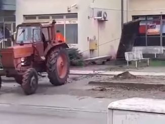 """Leutar.net Traktorom srušili partizanski spomenik uz povike: """"Ajmo četnici dole"""" VIDEO"""