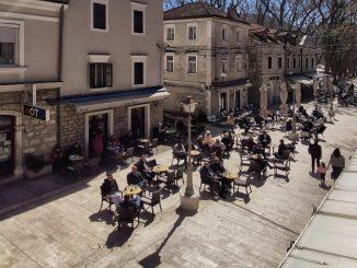 Leutar.net Bašte kafića ponovo rade, građani Trebinja uživaju u kafi
