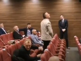 Leutar.net Vulgarno ponašanje odbornika SNSD-a u Bratuncu (VIDEO)