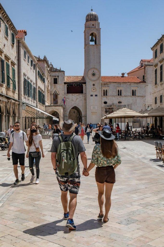 Leutar.net TURISTI UMJESTO U TREBINJE IDU U DUBROVNIK Na Stradunu je svakim danom sve više turista (FOTO)