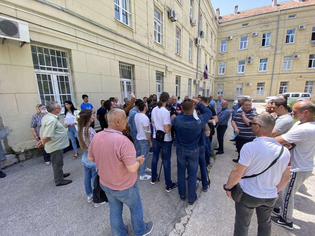 Leutar.net Spontani protest ispred stanice policije u Trebinju
