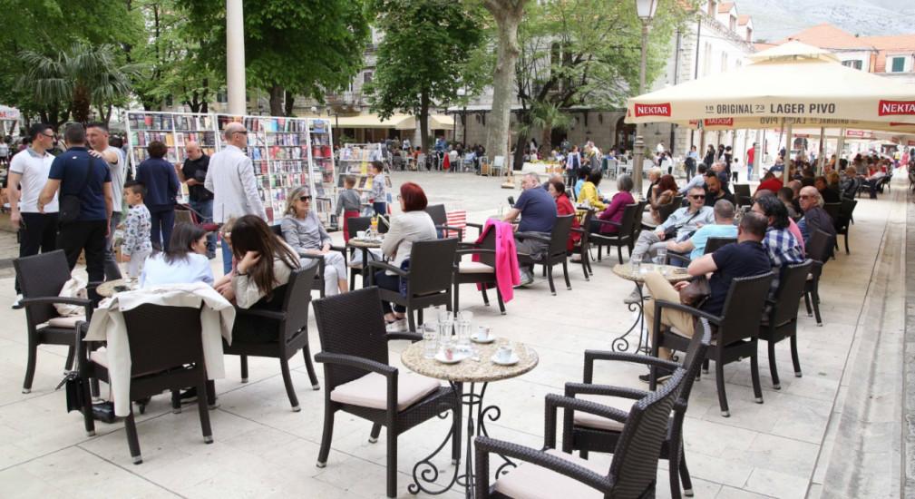 Leutar.net Veliki broj turista u gradu podno Leotara, među njima i poznate ličnosti