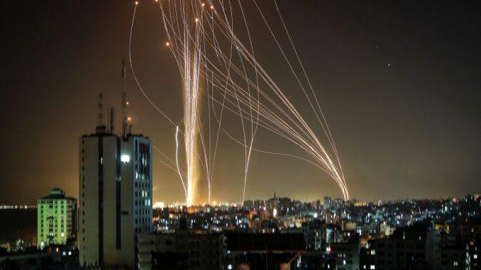 Leutar.net Raketni napad i na Tel Aviv: Hamas ispalio 130 raketa, Izrael prethodno srušio stambenu zgradu u pojasu Gaze