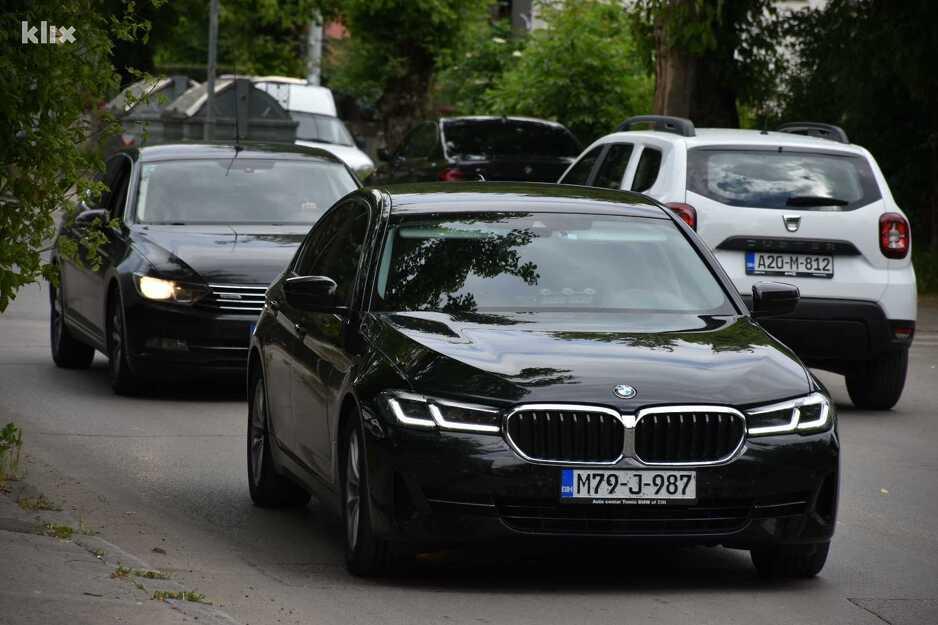 """Leutar.net """"Izložba"""" njemačkih limuzina na sastanku čelnika SNSD-a i HDZ-a u Banjoj Luci"""
