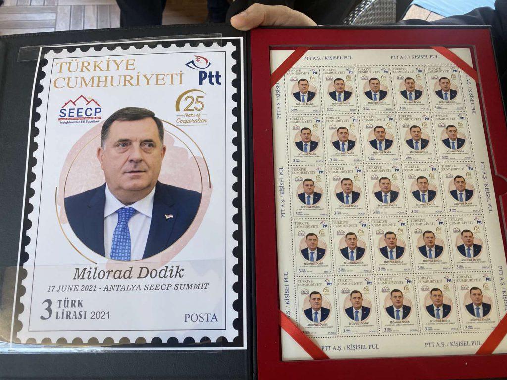 Leutar.net Dodiku u Turskoj uručen album sa poštanskim markama sa njegovim likom (FOTO)