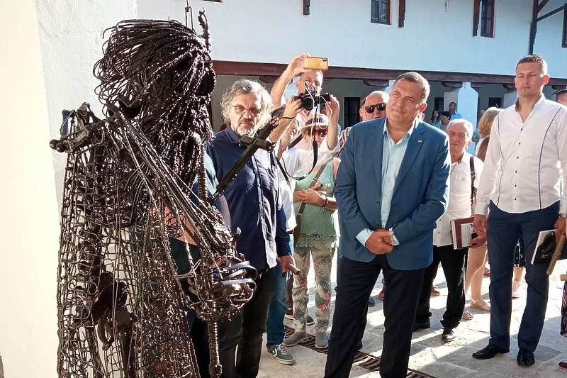 Leutar.net Tokom prošle noći uklonili spomenik patrijarha Pavla u Andrićgradu kod Višegrada