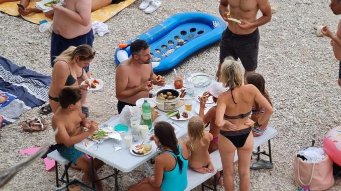 Leutar.net FOTO Na plaži u Baškoj Vodi postavili stol i stolice: 'Valjalo bi platiti koncesiju'