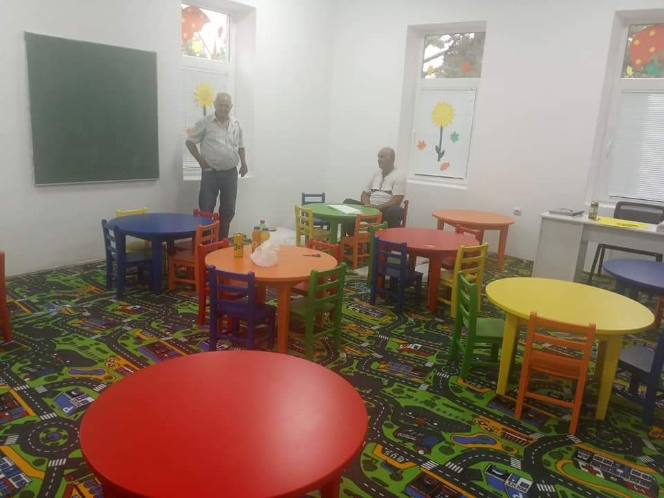 Leutar.net Privrednik iz Bileće donirao stolove i stolice za vrtić u toj opštini