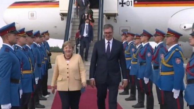 Leutar.net Vučić dočekao Angelu Merkel na beogradskom aerodromu (VIDEO)